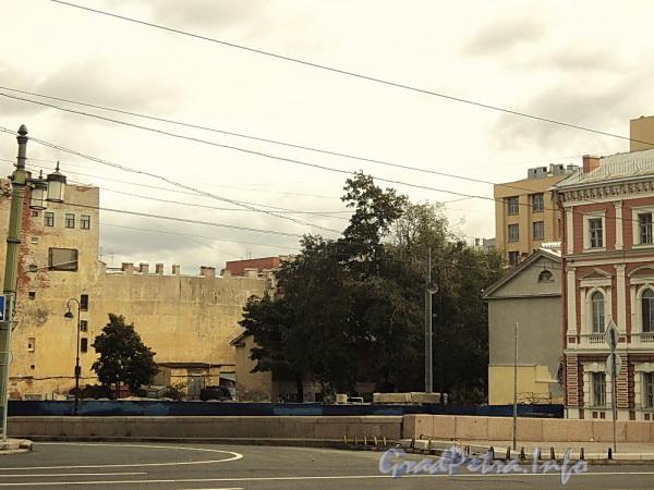 Наб. Робеспьера, д. 32. На месте снесенного здания. Вид от Литейного моста. Фото сентябрь 2010 г.