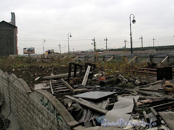 Наб. Робеспьера, д. 32. Здание демонтировано до уровня подвала. Фото ноябрь 2011 г.