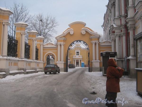 Проезд параллельно Благовещенской Александро-Невской церкви (справа) в  сторону кладбищенской конторы. Фото февраль 2012 г.