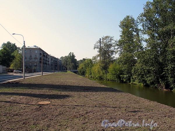 Благоустроенная набережная Черной речки в районе Коломяжского моста. Вид в сторону нового моста в створе Карельского переулка. Фото август 2011 г.
