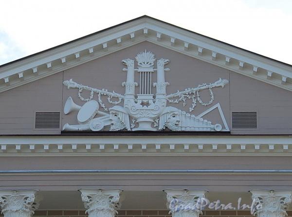 Наб. реки Крестовки, д. 10. Здание Каменноостровского театра. Горельеф в тимпане фронтона. Фото октябрь 2011 г.