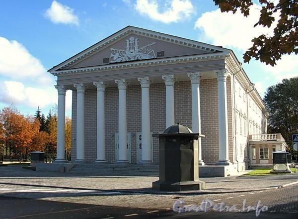 Наб. реки Крестовки, д. 10. Здание Каменноостровского театра. Вид со стороны 1-го Елагина моста. Фото октябрь 2011 г.