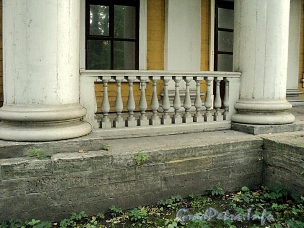 Выборгская наб., д. 63. Балюстрада портика садового фасада. Фото сентябрь 2011 г.