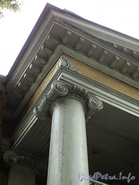 Выборгская наб., д. 63. Садовый фасад. Капитель колонны портика. Фото сентябрь 2011 г.