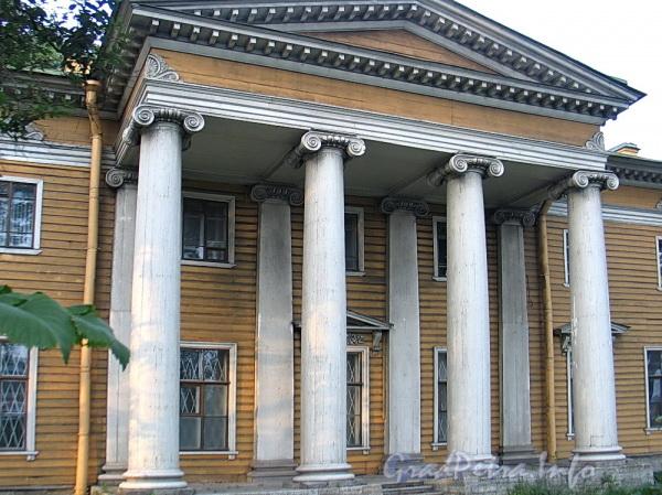 Выборгская наб., д. 63. Портик главного фасада. Фото сентябрь 2011 г.