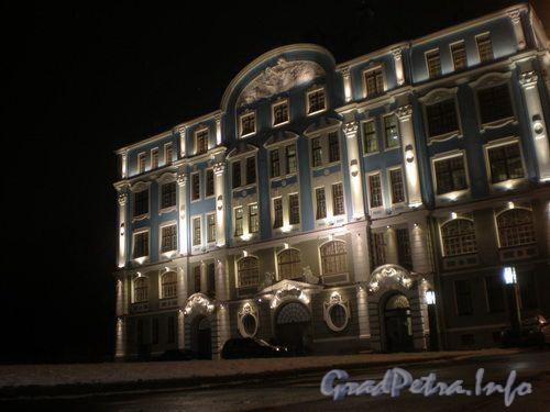 Петроградская наб., д. 2-4. Южный фасад в ночной подсветке. Фото декабрь 2008 г.