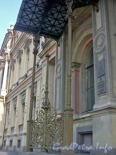 Дворцовая наб., д. 18. Парадный вход выделен козырьком, опирающимся на чугунные колонны.