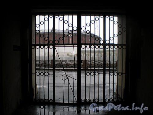 Наб. реки Мойки, д. 110. (Правый корпус). Бывший доходный дом. Решетка ворот. Фото март 2009 г.