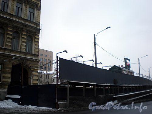 Наб. Робеспьера, д. 32. На месте снесенного здания. Фото февраль 2009 г.