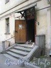 Английская наб., дом 40. Парадная со стороны двора и её обитатели - кошки. Фото июнь 2012 г.
