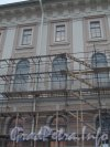 Университетская наб, дом 17. Снятие строительных лесов после реставрации фасада здания Академии Художеств. Фото 25 ноября 2012 г.