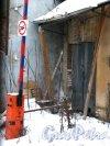 Наб. Лейтенанта Шмидта, дом 19. Служебный выход со стороны дома 21 по набережной Лейтенанта Шмидта. Фото 31 января 2013 года.