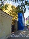 Наб. Крюкова канала, дом 21 / Садовая улица, дом 64. Ограждение при работах по ремонту фасада здания со стороны Крюкова канала. Фото 28 мая 2013 г.