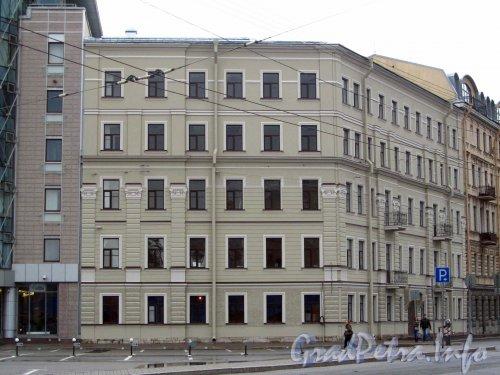 Мытнинская наб., дом 13. Вид здания после реконструкции (надстройки). Фото 2 августа 2012 года.