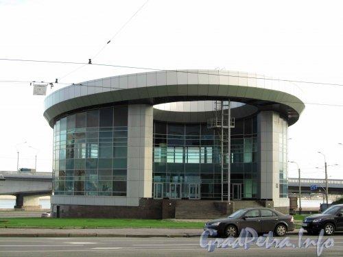 Синопская наб., дом 10. Фасад со стороны гостиницы «Москва». Фото октябрь 2012 г.