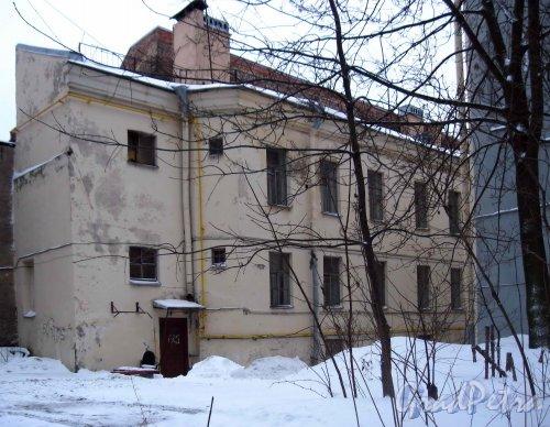 Наб. Лейтенанта Шмидта, дом 25. Дворовый флигель со стороны дома 23. Фото январь 2013 г.