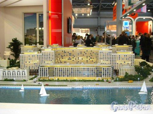 Макет жилого комплекса «RIVERSIDE», представленный  SeltCity Development на XXVI Ярмарке Недвижимости в «Ленэкспо» 1-3 марта 2013 года. Фасады со стороны акватории Невы. Фото 3 марта 2013 г.