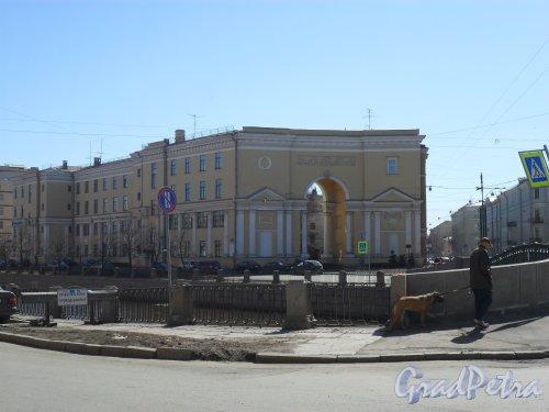 Набережная канала Грибоедова, дом 126. Угол набережной канала Грибоедова и Лермонтовского проспекта. Фото 21 апреля 2013 г.