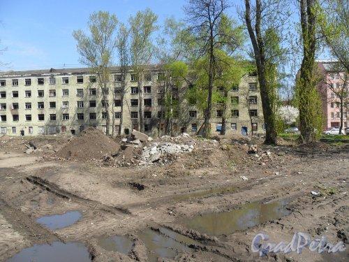 Набережная Бумажного канала, дом 16. Общий вид двора и свалки строительного мусора на месте снесенного дома. Фото 15 мая 2013 г.
