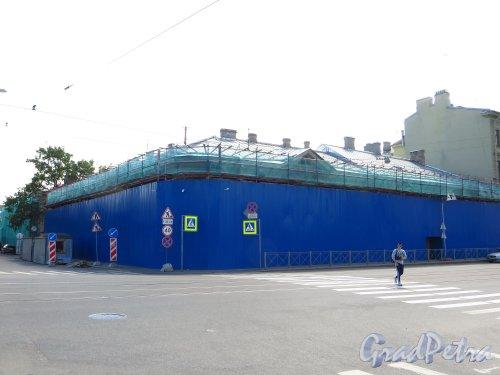 Наб. Крюкова канала, дом 21 / Садовая улица, дом 64. Общий вид здания во время ремонта фасада. Фото 28 мая 2013 г.