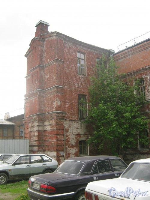 Наб. Обводного кан., дом 114, корпус 2. Фрагмент здания. Вид со стороны дома 114 корпус 3. Фото 30 мая 2013 г.