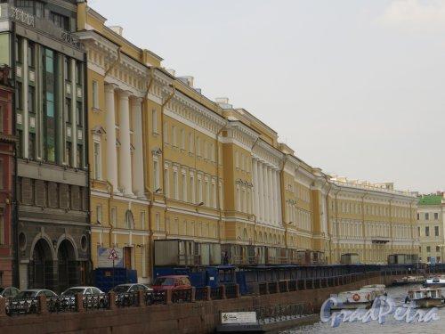 Комплекс зданий по адресу: наб. реки Мойки, дом 39-47 (Официальный адрес дворцовая площадь, дом 6-8А). Общий вид после реставрации и реконструкции для новых экспозиций Эрмитажа перспектива со стороны Невского проспекта. Фото 5 августа 2013 года.