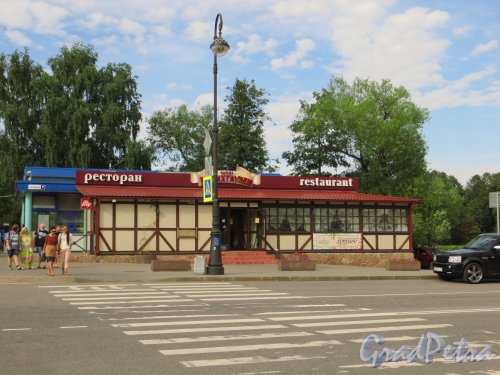 Набережная Мартынова, дом 7. Здание ресторана «Барон Менхаузен». Фото 20 августа 2013 года.