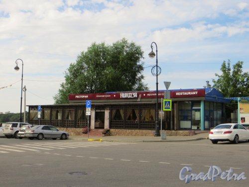 Набережная Мартынова, дом 5. Здание ресторана «Ниндзя». Фото 20 августа 2013 года.