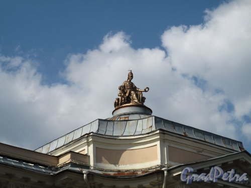 Университетская наб., д. 17. Академия художеств. Статуя богини Минервы на куполе. Фото июль 2012 г.