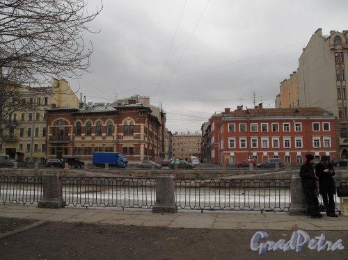 наб. канала Грибоедова. Вид на набережную дд. 140 и 142 и ул. Пасторова. Фото апрель 2013 г.