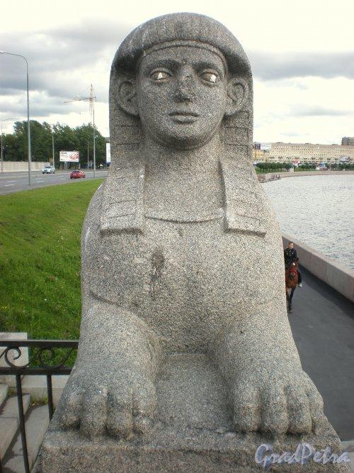 Сфинкс двухъярусной каменной террасы-пристани напротив бывшей усадьбы Кушелевых-Безбородко. Фото июнь 2009 г.