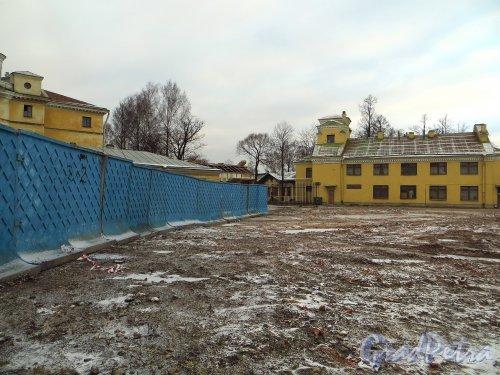 Свердловская наб., д. 40, корп. 2, лит. К. Территория после сноса здания. Вид от Свердловской набережной. Фото январь 2014 г.