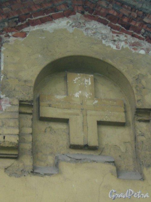 Свердловская наб., д. 38, лит. В. Фрагмент западного фасада. Постройка украшена крестами на фасадах. Фото июнь 2009 г.