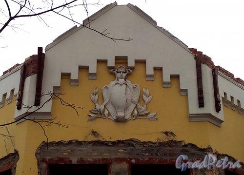 Свердловская наб., д. 38, лит. В. Горельеф в тимпане фронтона западного фасада. Фото январь 2014 г.
