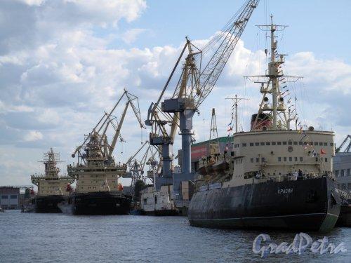 наб. Лейтенанта Шмидта. Вид на стапели Балтийского судостроительного завода и ледокол «Красин». Фото июль 2011 г.