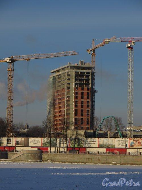 Ушаковская наб, дом 3. Строительство многофункционального комплекса «RIVERSIDE». Левый высотный корпус (со стороны Строгановского парка). Фото 24 января 2014 г.