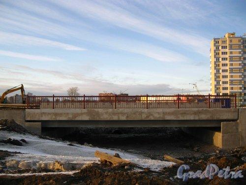 Пос. Кудрово, жилой комплекс «Семь Столиц». Новый мост через безымянный проток. Фото 24 марта 2013 г.
