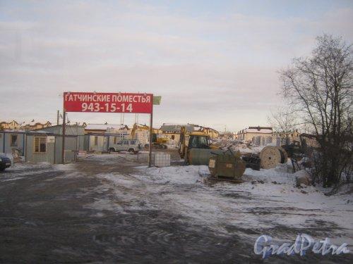 Гатчинский р-н, пос. Гатчинские Поместья. Вид с Киевского шоссе на въезд на территорию строящегося коттеджного посёлка. Фото 21 марта 2013 г.