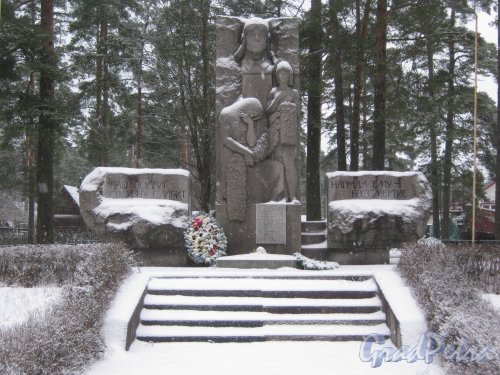 Лен. обл., Выборгский р-н, пос. Ермилово. Военный мемориал на въезде в посёлок со стороны Приветнинского. Фото 7 декабря 2013 г.
