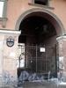 Владимирский пр., д. 3. Доходный дом П. И. Лихачева. Решетка ворот. Фото март 2010 г.