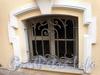 Ул. Ломоносова, д. 6. Решетка окна полуподвального этажа флигеля. Фото март 2010 г.