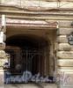 Ул. Ломоносова, д. 14. Доходный дом Г.Г. Елисеева. Решетка ворот. Фото март 2010 г.