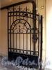 Дойников пер., д. 4-6. Решетка ворот. Фото май 2010 г.