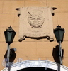 Захарьевская ул., д. 18. Фонари и орден Красного знамени над главным входом. Фото июль 2010 г.
