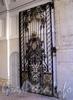 Захарьевская ул., д. 31. Особняк Д. Б. Нейдгардта. Створка ворот. Фото июль 2010 г.