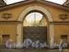 Академический пер., д. 16 / наб. Лейтенанта Шмидта, д. 5. Арочные въездные ворота со стороны Академического переулка. Фото август 2010 г.
