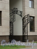 Кемская ул., д. 1. Элитный жилой комплекс «MaXXimum». Решетка ворот. Вид с Кемской улицы. Фото сентябрь 2010 г.