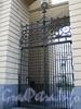 Ворота между корпусами домов 3 и 5 по улице Бонч-Бруевича. Фото октябрь 2010 г.