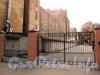 Ограда с воротами между домами 12 (правая часть) и 14 по Мичуринской улице. Фото октябрь 2010 г.