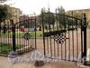 Ворота сквера с детской площадкой на углу Гагаринской и Гангутской улиц. Фото сентябрь 2010 г.